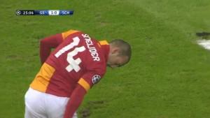 Sneijder Kramponlarini Temizliyor Galatasaray-Schalke04