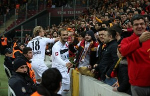 8 Mart 2013 Genclerbirligi Futbolcular Galatasarayli Kadinlara Cicek Veriyor